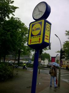 Der Markt ist heißumkämpft: LIDL-Werbeträger vor neuer ALDI-Filiale an der Ausfallstraße. Nördlich und südlich in weniger als 3 Km.